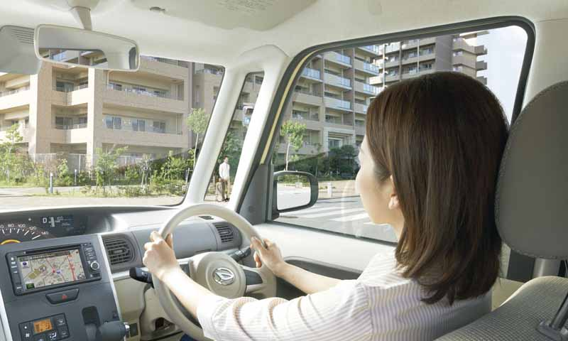 daihatsu-is-equipped-with-a-smart-assist-Ⅱ-to-move-and-tanto20150427-10-min