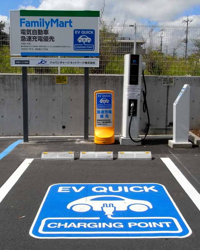 the-rapid-charger-installation-of-ev-in-family-mart-650-store20150419-2-min