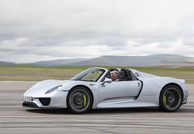 awarded-two-awards-in-the-british-car-magazine-autocar-porsche20150520-1-min