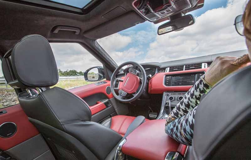 jaguar-land-rover-technology-publication-that-you-can-remotely-control-the-car-in-the-smartphone20150621-1-min