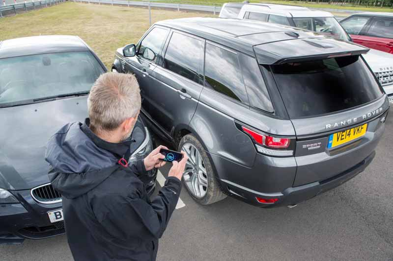 jaguar-land-rover-technology-publication-that-you-can-remotely-control-the-car-in-the-smartphone20150621-6-min