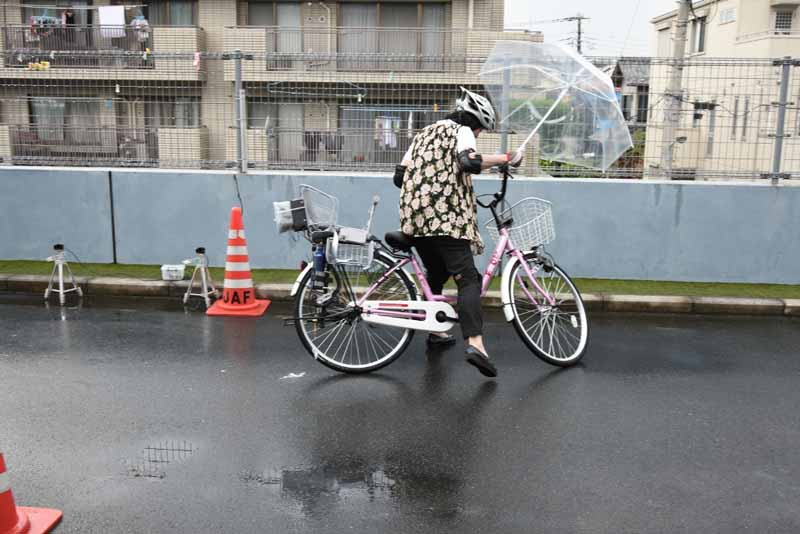 jaf-one-hand-in-the-dizzy-the-danger-validate-the-risk-of-bicycle-operation-by-luggage-packed-and-umbrella-feed20150717-1-min
