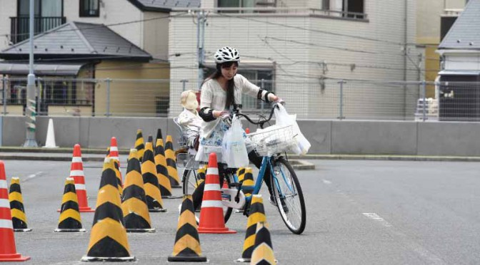 JAF、片手でふらふら・・・は危険。荷物満載や傘差しによる自転車運転の危険性を検証