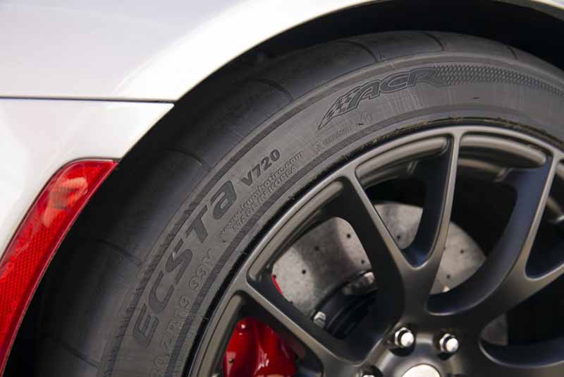 kumho-tires-and-supply-a-new-car-mounting-tires-to-dodge-viper20150725-3