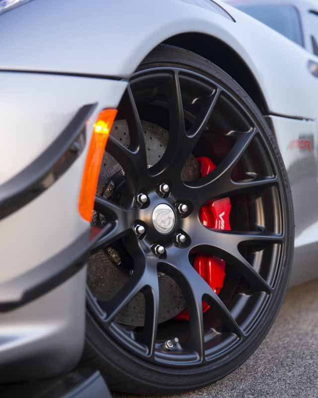 kumho-tires-and-supply-a-new-car-mounting-tires-to-dodge-viper20150725-4