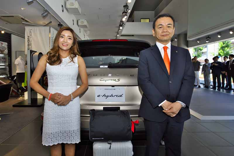 porsche-is-awarded-to-the-winner-lee-dimple-in-players-the-extra-prize-cayenne-s-e-hybrid-of-earth-mondamin-cup20150723-1