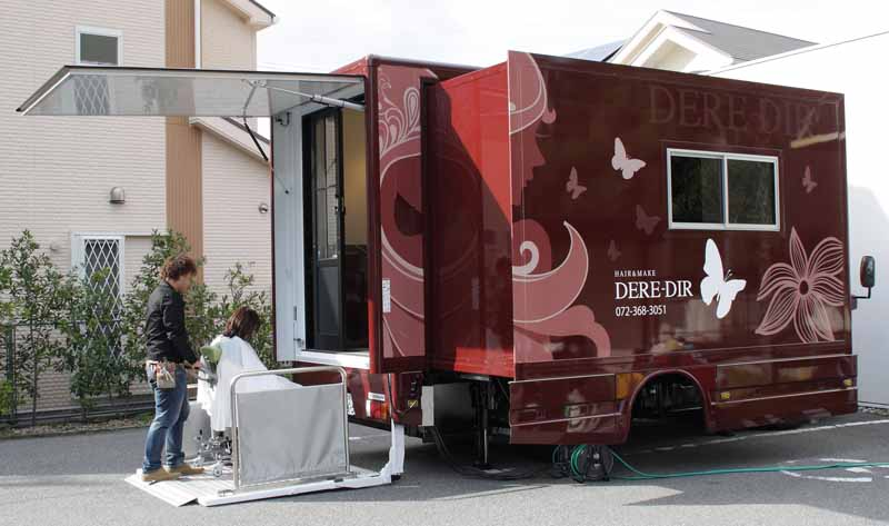 3-full-featured-whole-movement-in-beauty-car-running-of-the-business-trip-is-beauty-salon-on-ton-truck20150823-2
