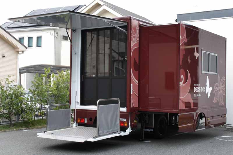 3-full-featured-whole-movement-in-beauty-car-running-of-the-business-trip-is-beauty-salon-on-ton-truck20150823-6