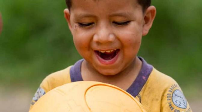 シボレー、サッカーを通じた社会貢献活動で、つぶれないボール200万個を寄贈