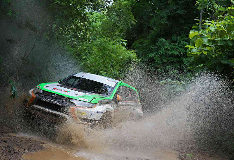in-asia-cross-country-rally-2015-continuous-finish-outlander-phev-is-three-years20150817-1