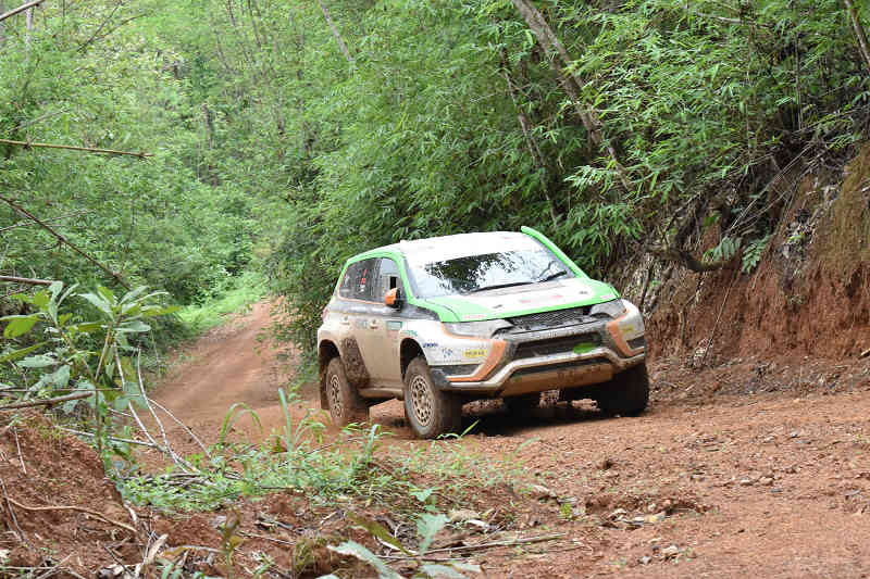 in-asia-cross-country-rally-2015-continuous-finish-outlander-phev-is-three-years20150817-2
