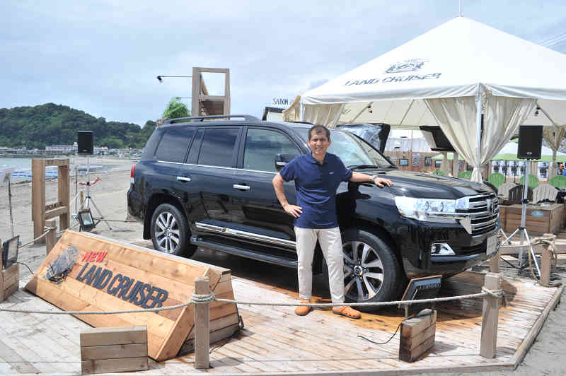 limited-unveiling-meeting-of-the-new-land-cruiser-being-carried-out-in-kamakura-yuigahama20150817-1