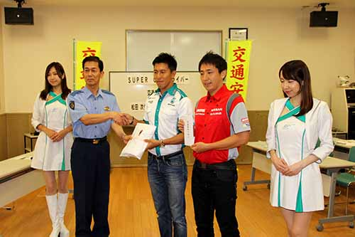 super-gt-before-the-fifth-round-suzuka-paid-a-courtesy-visit-to-daisuke-tsugio-matsuda-and-ito-suzuka-police-station20150829-2