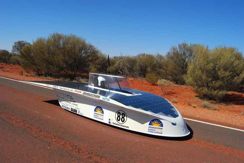 iaa2015-the-solar-car-the-appearance-of-kogakuin-university-in-bridgestone-booth20150912-2