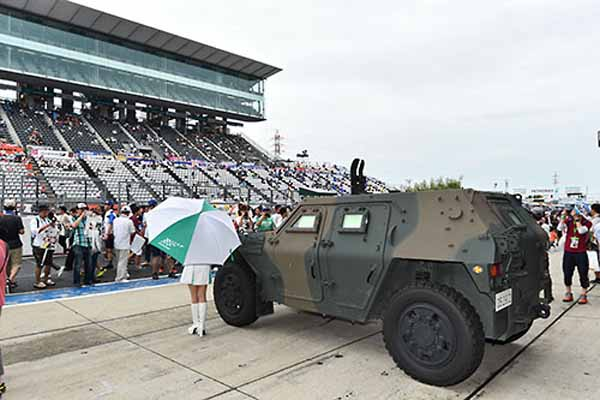 the-komatsu-lav-advent-of-the-self-defense-forces-to-the-super-gt-pittouoku-of-the-fifth-round-suzuka-circuit20150902-2