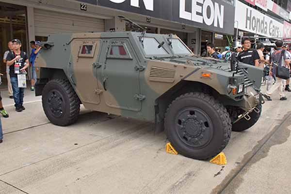 the-komatsu-lav-advent-of-the-self-defense-forces-to-the-super-gt-pittouoku-of-the-fifth-round-suzuka-circuit20150902-3