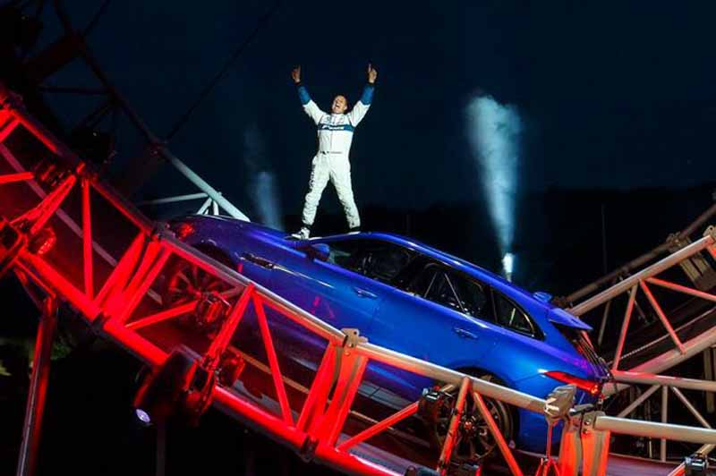 the-new-jaguar-f-pace-set-a-world-record-of-somersault-traveling20150915-3