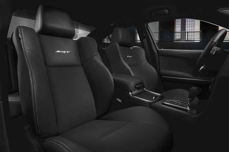 fca-japan-chrysler-300c-the-specification-change-1017-launch20151013-5