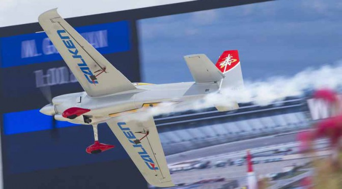 yoshihide-muroya-players-this-season-his-second-third-place-win-at-the-international-air-race-championship-round-720151001-2