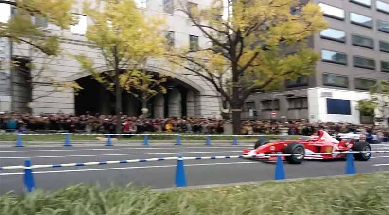 run-through-the-f1-car-of-ferrari-the-osaka-midosuji20151129-1