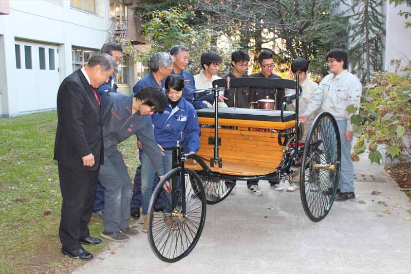 exhibited-college-of-industrial-technology-a-replica-of-the-worlds-first-benz-gasoline-vehicle-in-osaka-motor-show20151203-2