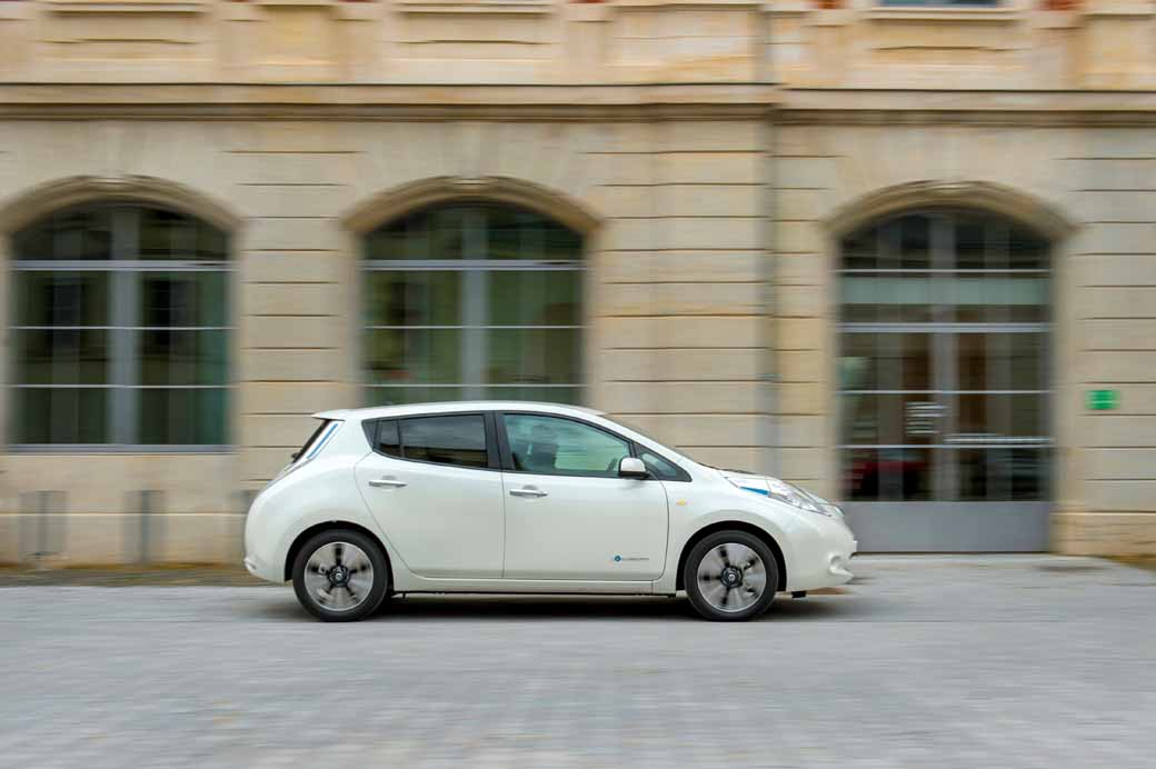 greet-sales-start-fifth-anniversary-in-the-nissan-leaf-december20151216-1