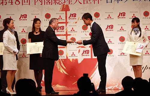 japan-professional-sports-grand-prize-hiroaki-ishiura-the-lifetime-achievement-award-of-the-super-formula-kamui-kobayashi-is-rookie-award20151226-4
