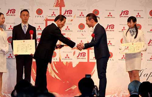 japan-professional-sports-grand-prize-hiroaki-ishiura-the-lifetime-achievement-award-of-the-super-formula-kamui-kobayashi-is-rookie-award20151226-5