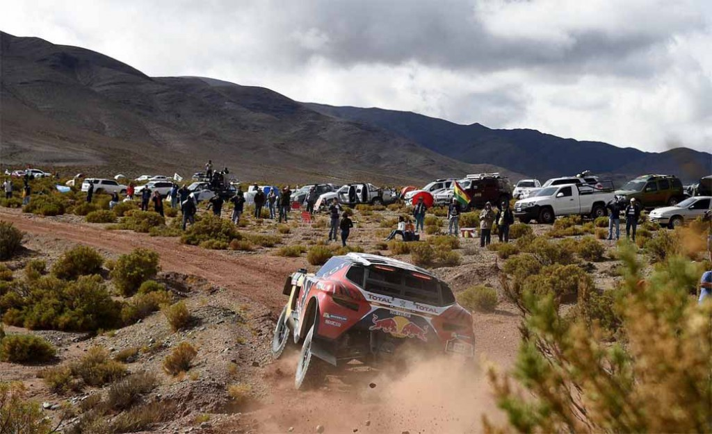 dakar-fifth-day-overall-lead-robe-of-peugeot-2-wheeled-honda-the-track-is-hino-lead20160107-2