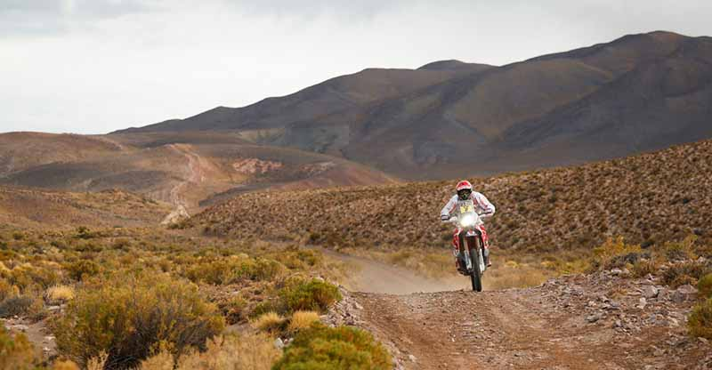 dakar-fifth-day-overall-lead-robe-of-peugeot-2-wheeled-honda-the-track-is-hino-lead20160107-3