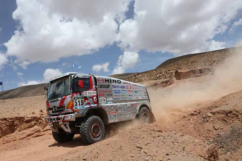 dakar-fifth-day-overall-lead-robe-of-peugeot-2-wheeled-honda-the-track-is-hino-lead20160107-4