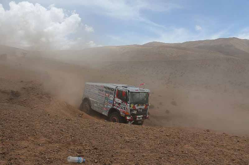 dakar-fifth-day-overall-lead-robe-of-peugeot-2-wheeled-honda-the-track-is-hino-lead20160107-5