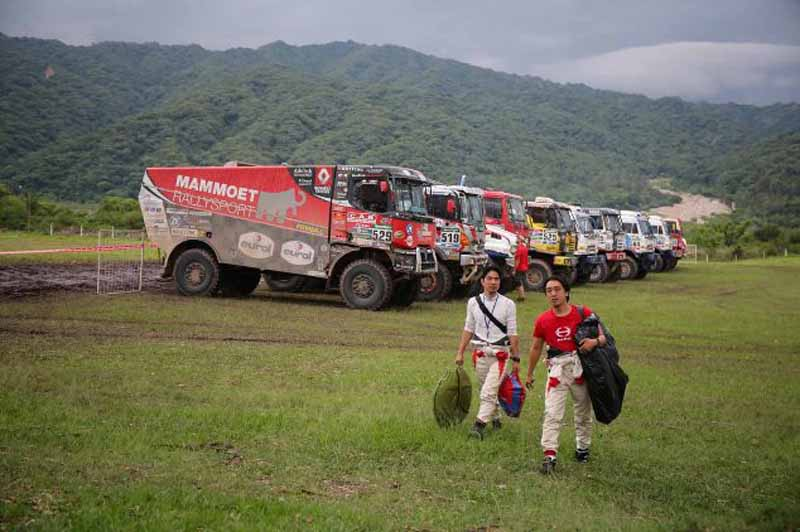 dakar-fifth-day-overall-lead-robe-of-peugeot-2-wheeled-honda-the-track-is-hino-lead20160107-6