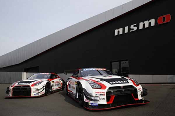 左は日産自動車の2015年バサースト12時間レース優勝車両(#35)、右は2016年同レース出場車両(#1)
