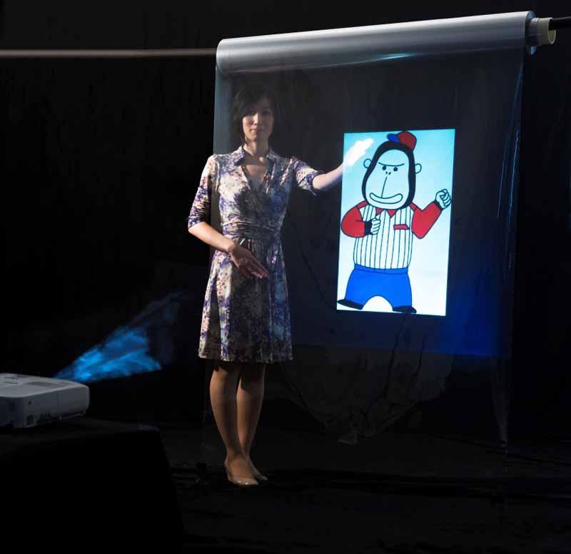 JXエネルギーが開発中のスクリーン用透明フィルム「KALEIDO SCREEN(カレイドスクリーン)」に映像を投映した様子