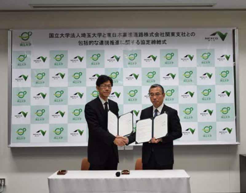 協定書への署名後に握手を交わす埼玉大学山口学長(左)とNEXCO 東日本関東支社横山支社長(右)