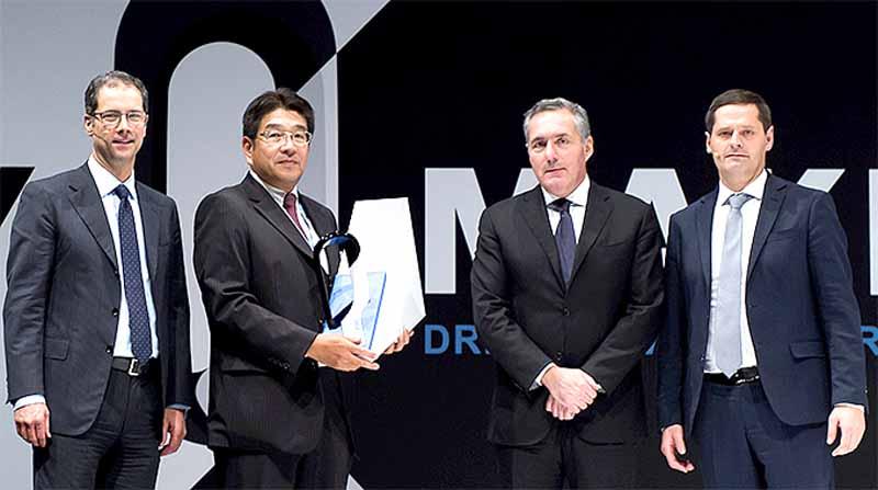 住友電気工業、フィアットクライスラー社(FCA)より「年間仕入先最優秀賞」を受賞。写真は表彰式の様子。