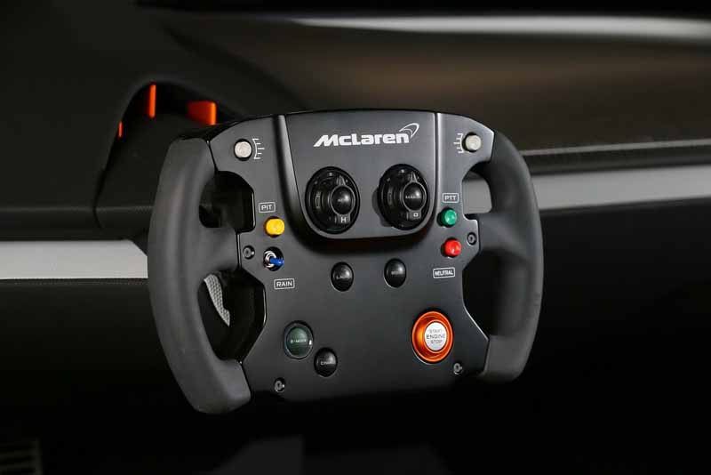 vc-kenwood-a-digital-cockpit-system-installed-in-the-mclaren-675lt-at-ces2016-0111-1