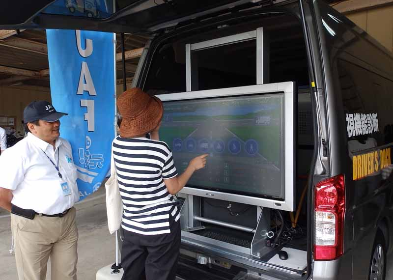 jaf-nagasaki-exhibited-the-traffic-safety-campaign-event-traffic-safety-experience-vehicle20160221-2