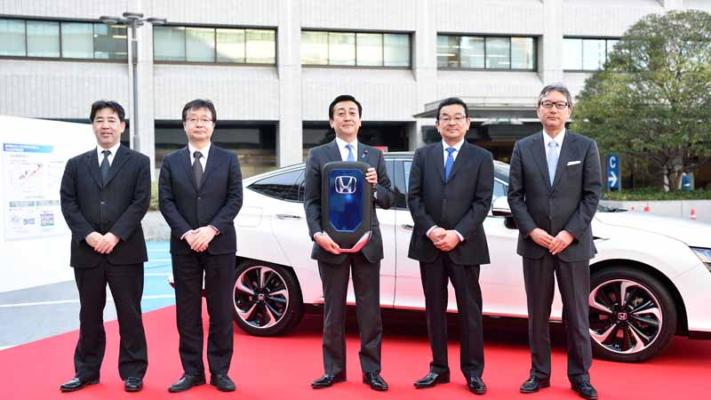 honda-delivered-a-new-fuel-cell-vehicle-clarity-fuel-cell-first-car-to-meti20160317-1