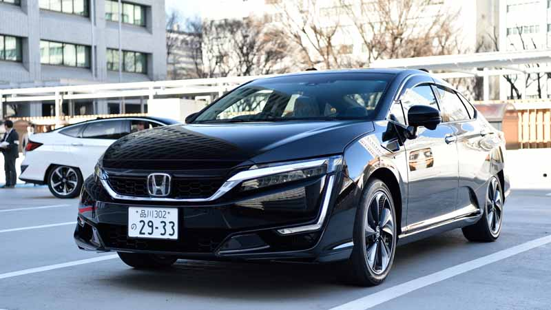 honda-delivered-a-new-fuel-cell-vehicle-clarity-fuel-cell-first-car-to-meti20160317-3