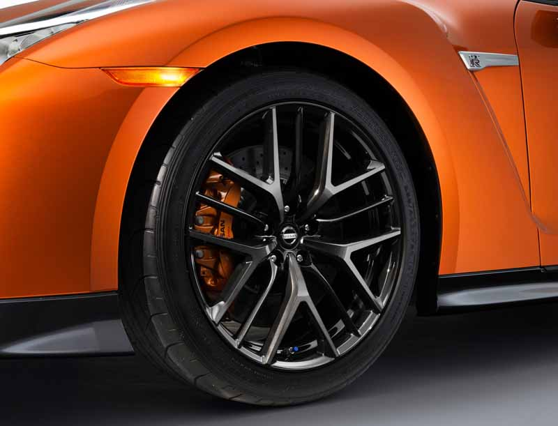 nissan-motor-co-unveiled-the-nissan-gt-r-2017-model-year-in-the-ny-international-auto-show20160324-11