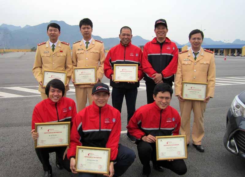 toyota-graduation-ceremony-at-the-first-vietnam-safe-driving-instructor-training-program-20160330-17