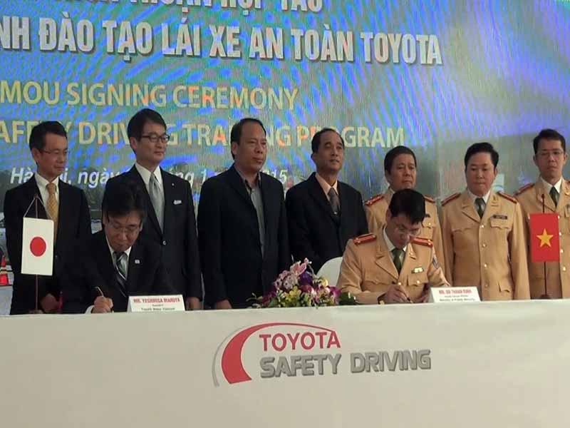 toyota-graduation-ceremony-at-the-first-vietnam-safe-driving-instructor-training-program-20160330-3