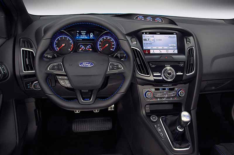 it-elected-a-ford-focus-rs-in-the-car-of-the-year-of-the-british-magazine-vdi-2016-years20160508-5