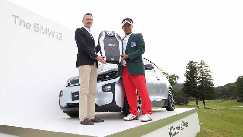 it-presented-the-bmw-i3-to-tsukada-yoakira-players-of-bmw-japan-golf-tour-championship-mori-building-cup-2016-championship20160610-1