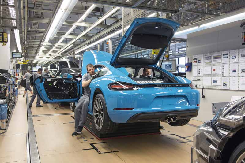 porsche-started-in-zuffenhausen-production-of-the-new-718-cayman201606006-6