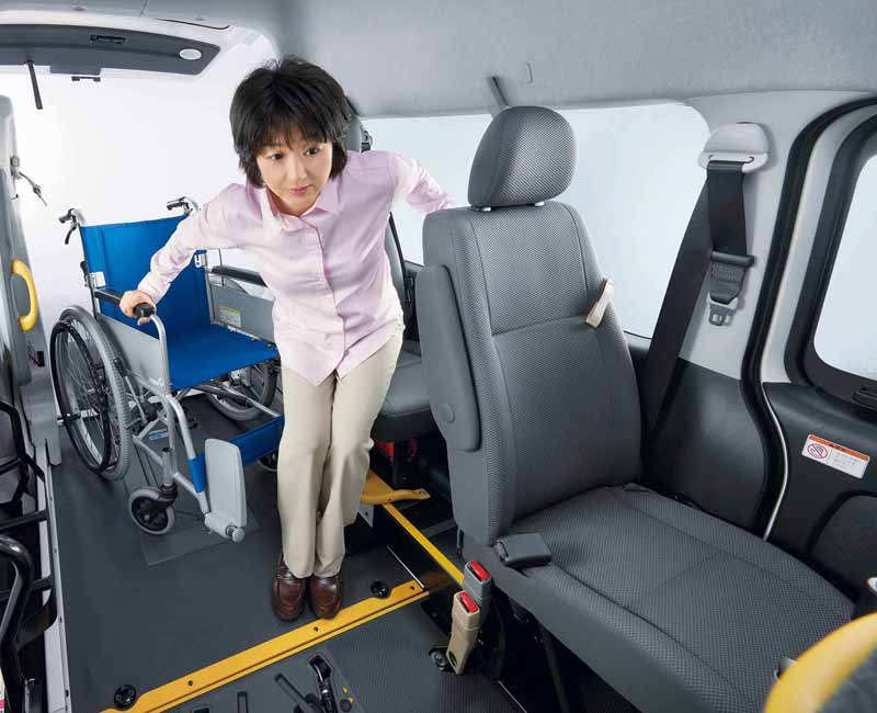 toyota-improved-part-in-response-to-an-increase-in-the-elderly-population-the-hiace-and-regius-ace20160601-3