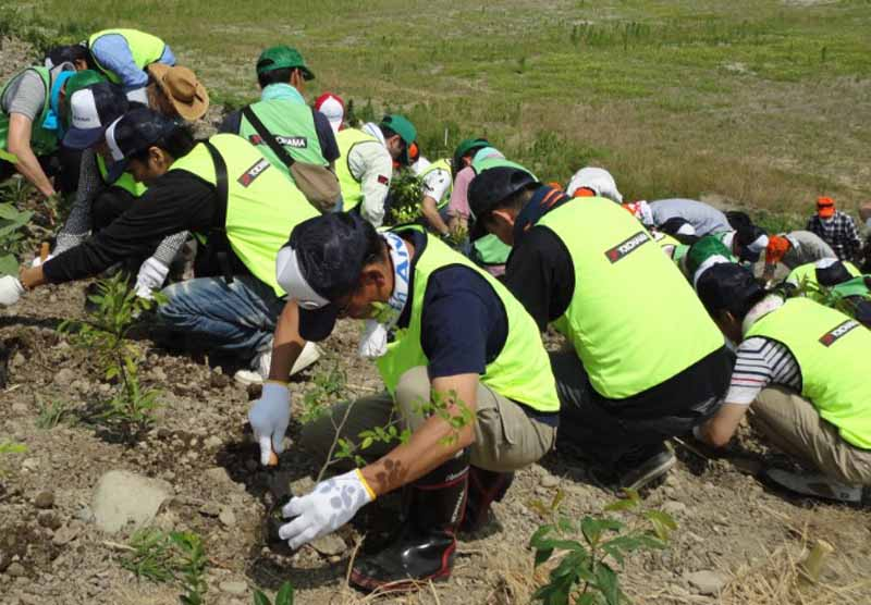 yokohama-rubber-provide-seedlings-in-coastal-disaster-prevention-forest-regeneration-support-of-kakegawa-volunteers-also-participated-in-the-tree-planting-ceremony20160615-2