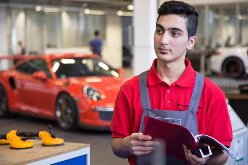 germany-porsche-expanding-the-further-employment-programs-for-the-refugees-11-people20160818-1